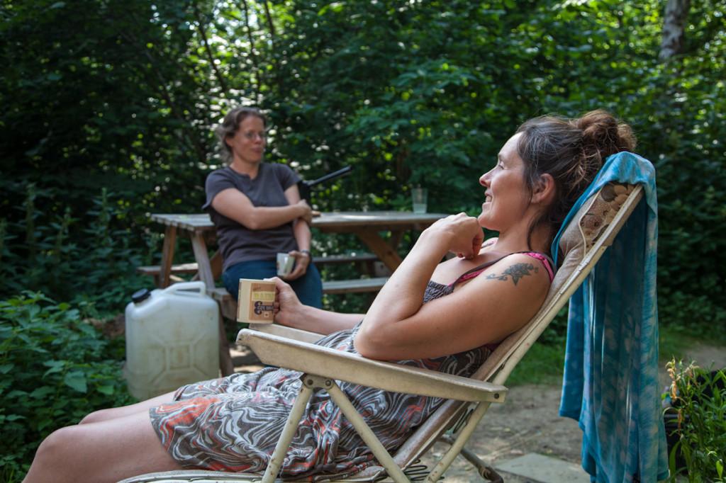 Beth relaxando conversando com uma amiga.