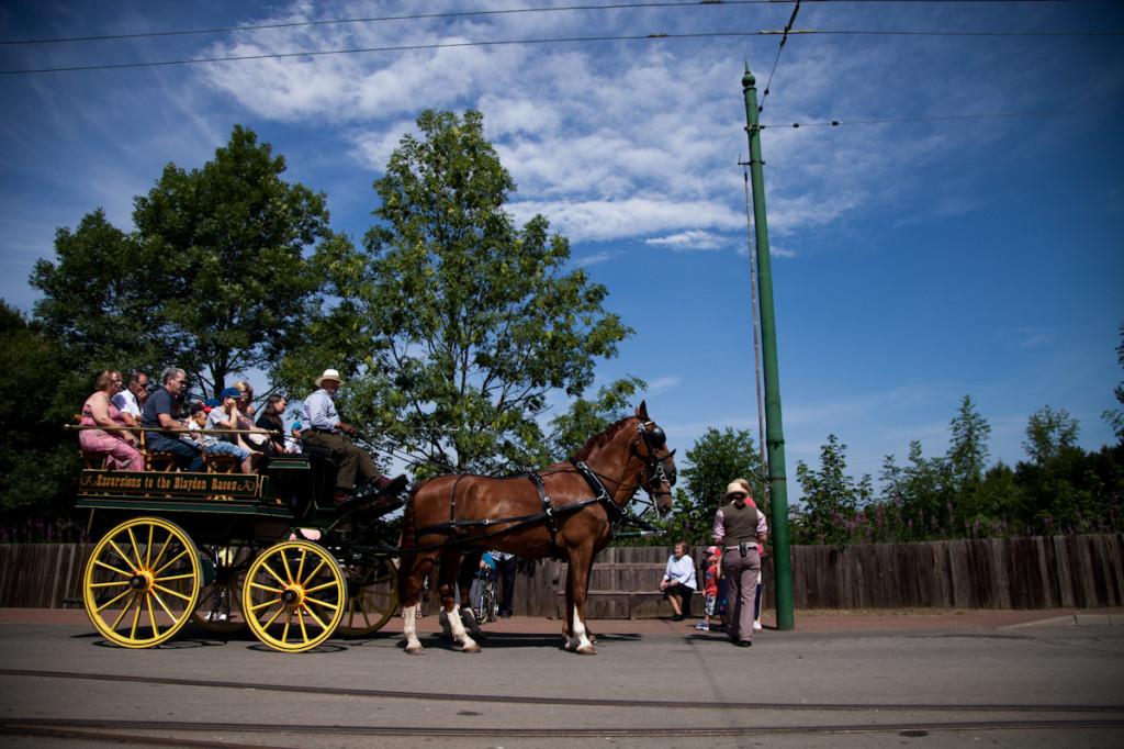 Para se locomover entre a fazenda, a cidade e a escola, pegava-se o onibus, claro!